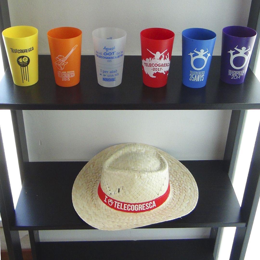 Colección de vasos y gorro de la telecogresca